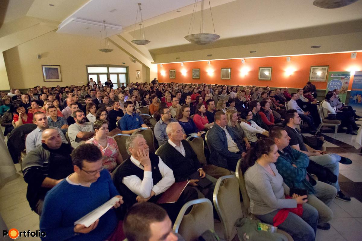 Több mint 300 érdeklődő a nagyteremben