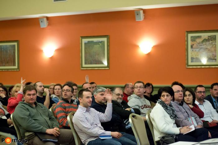 A közönség a penel résztvevőinek is feltehette kérdéseit