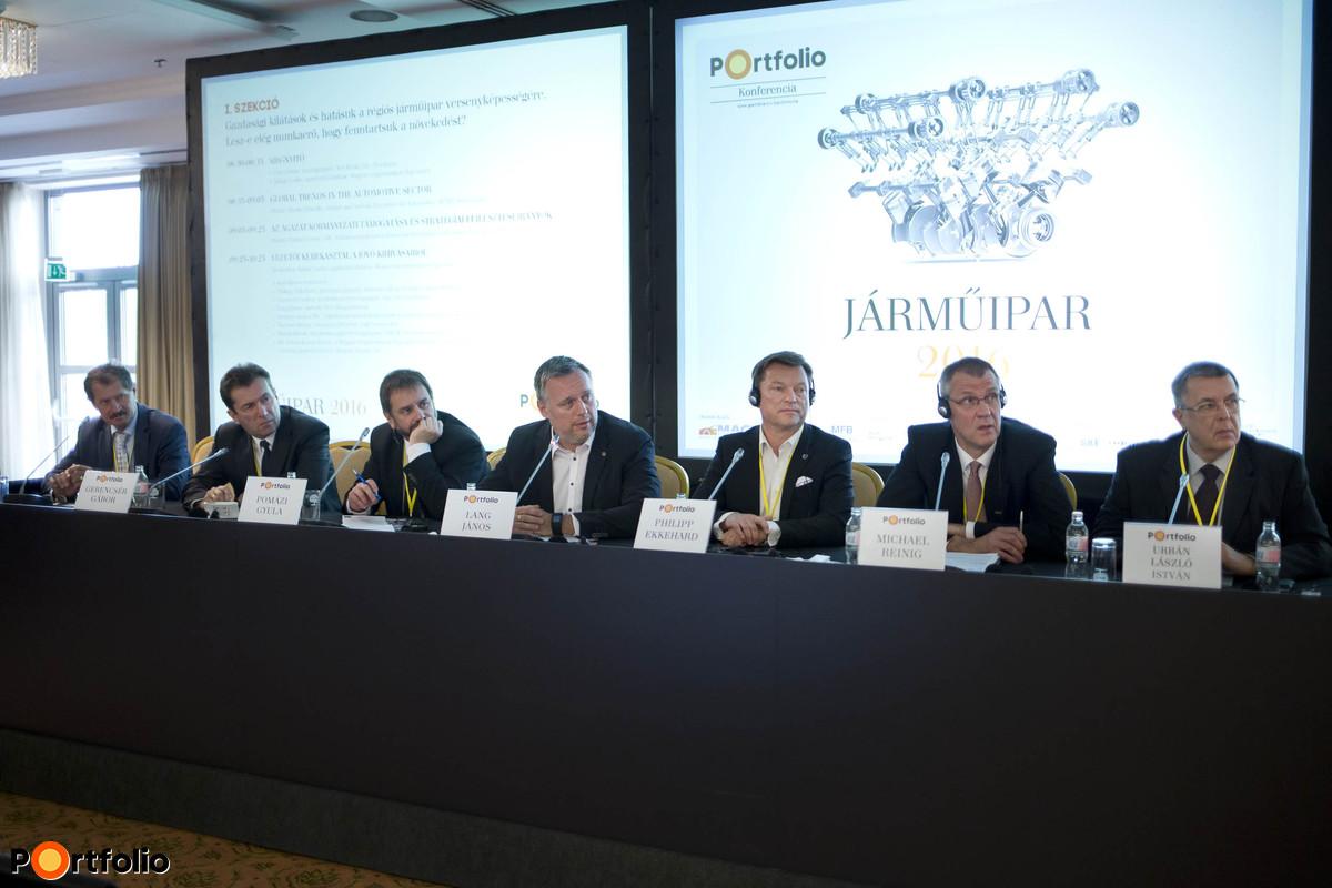 Vezetői kerekasztal a jövő kihívásairól. A beszélgetés résztvevői: Simon István (tulajdonos-ügyvezető igazgató, SIMON Műanyag feldolgozó), Gerencsér Gábor (termékbevezetési igazgató, Opel Szentgotthárd), Pomázi Gyula CMC (Vállalkozásfejlesztési Főosztály, főosztályvezető, NGM), Lang János (alelnök, Flex Magyarország), Philipp Ekkehard (pénzügyi igazgató, Mercedes-Benz Manufacturing Hungary Kft.), Michael Reinig (Managing Director, LuK Savaria Kft.) és Dr. Urbán László István (a MAGE Felügyelő Bizottságának elnöke, vezérigazgató-helyettes, Magyar Suzuki Zrt.).