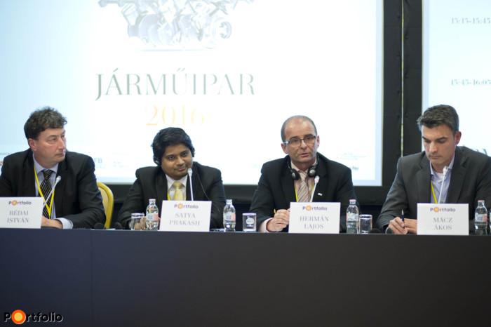 Eszközök és módszerek a termeléshatékonyság növelésére – Ipar4.0 stratégia, ipari digitalizáció; IT és folyamatfejlesztések. A beszélgetés résztvevői: Rédai István (gyárigazgató, Titán \'94 Kft.), Satya Prakash (Managing Director, GrayMatter – Europa), Hermán Lajos (régióvezető, Bosch Rexroth) és a moderátor, Mácz Ákos (Public Affairs igazgató, IVSZ).