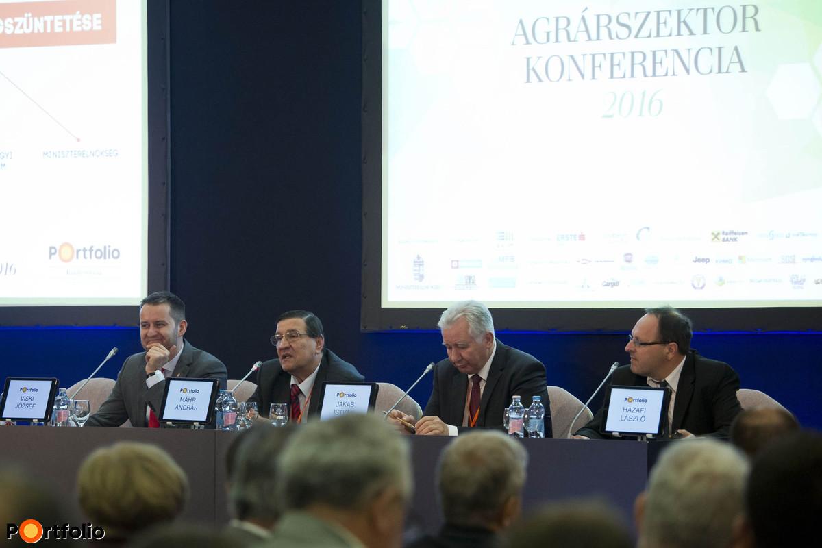 Panel discussion: The summit office is closing: what will happen after the ARDA? Conversation participants: József Viski (agrár-vidékfejlesztési programokért felelős helyettes államtitkár, Miniszterelnökség), András Máhr (titkár, MOSZ), István Jakab (elnök, MAGOSZ) and the moderator, László Hazafi (agrárgazdasági szakújságíró, Portfolio/Agrárszektor)