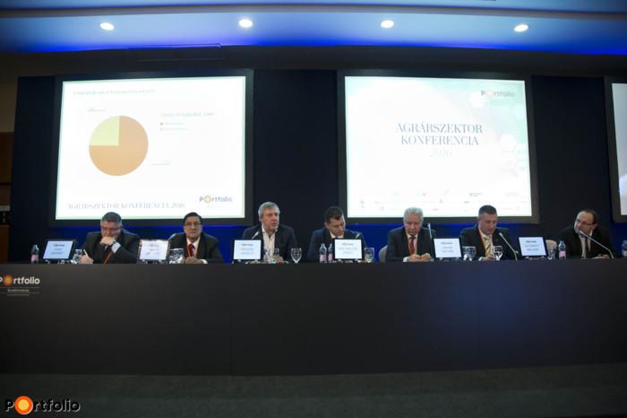 Panel discussion: 2016: the year of grants in rural development. Conversation participants: József Vida (Chairman-CEO (Takarékbank), Chairman (FHB Jelzálogbank)), András Máhr (titkár, MOSZ), László Krisán (CEO, KAVOSZ Zrt.), Miklós Zsolt Kis (mikro- kis és középvállalkozásokért felelős országos alelnök, Nemzeti Agrárgazdasági Kamara), István Jakab (elnök, MAGOSZ), Balázs Győrffy (Chairman, Nemzeti Agrárgazdasági Kamara) and the moderator, László Hazafi (agrárgazdasági szakújságíró, Portfolio/Agrárszektor)