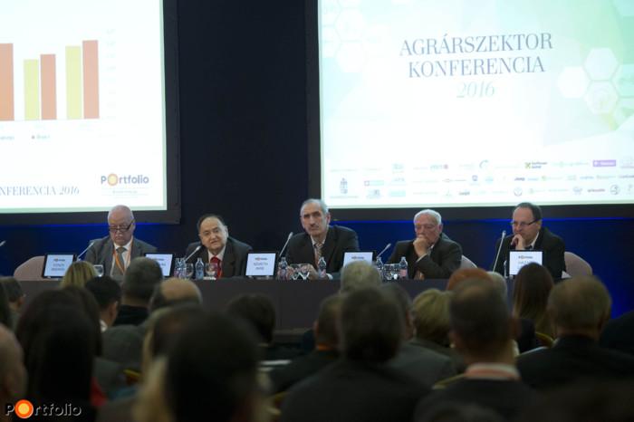 Roundtable with ex-ministers – Are we on the right track? Conversation participants: András Vonza, (első Orbán-kormány), József Torgyán (agrárminiszter, első Orbán-kormány), Imre Németh (agrárminiszter, Medgyessy-kormány és első Gyurcsány-kormány), József Gráf (agrárminiszter, első és második Gyurcsány-kormány) and the moderator, László Hazafi (agrárgazdasági szakújságíró, Portfolio/Agrárszektor)