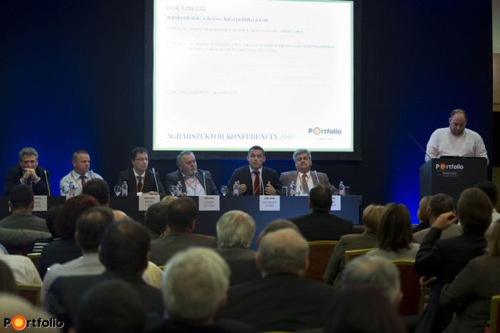 Panel discussion: The Common Agricultural Policy and the future of domestic agriculture – Opportunities and challenges after 2020. Conversation participants: Tamás Éder (vállalati kapcsolatok igazgató, Bonafarm Csoport), József Popp (dékánhelyettes, Debreceni Egyetem), Dávid Mezei (Secretary of State, Prime Minister\'s Office), Zoltán Gőgös (MSZP), Csaba Gyuricza (Director, Nemzeti Agrárkutatási és Innovációs Központ), Sándor Farkas (elnök, Magyar Állattenyésztők Szövetsége) and the moderator, Gergely Papp (szakmai főigazgató-helyettes, NAK)