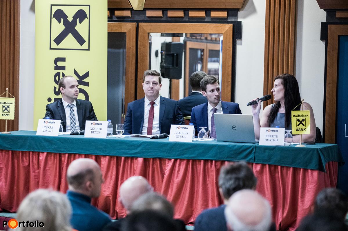A panelbeszélgetés résztvevői a képen balról jobbra: Pekár Dávid (portfóliómenedzser, Raiffeisen Alapkezelő); Németh Bence (kutató, Külügyi és Külgazdasági intézet); Lencsés Gyula (portfóliómenedzser, Raiffeisen Alapkezelő) és a moderátor, Fekete Beatrix (elemző, Portfolio)