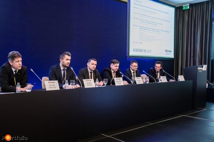 Rekordok, árzuhanás, alternatív lehetőségek – Mire számítsunk 2017-ben a takarmánypiacon? A beszélgetés résztvevői: Kulik Zoltán (vezérigazgató, Vitafort Zrt.), Hódos Ferenc (stratégiai igazgató, Pannonia Ethanol), Gyuricza Csaba (mb. főigazgató, Nemzeti Agrárkutatási és Innovációs Központ), Csitkovics Tibor (ügyvezető igazgató, Agrofeed Kft.), Bustyaházai László (ügyvezető igazgató, UBM Csoport) és a moderátor, Fórián Zoltán (vezető agrárszakértő, Takarékbank Agrár Központ)