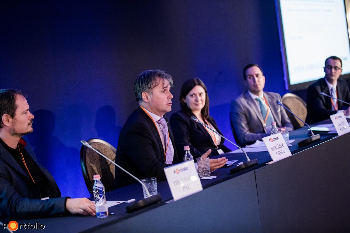 A Horizont 2020 nyertesek tapasztalatai és a NKFIH szerepe. A beszélgetés résztvevői: Dr. Varga Pál (távközlési divízió igazgató, AITIA International Zrt.), Mészáros Csaba (elnök-tulajdonos, evopro Holding Zrt.), Csuzdi Szonja (nemzeti kapcsolattartó koordinátor, NKFI Hivatal), Dr. Beck Márton (pénzügyi vezető, Femtonics Kft.) és a moderátor, Weinhardt Attila (vezető elemző, Uniós Források rovatvezető, Portfolio).