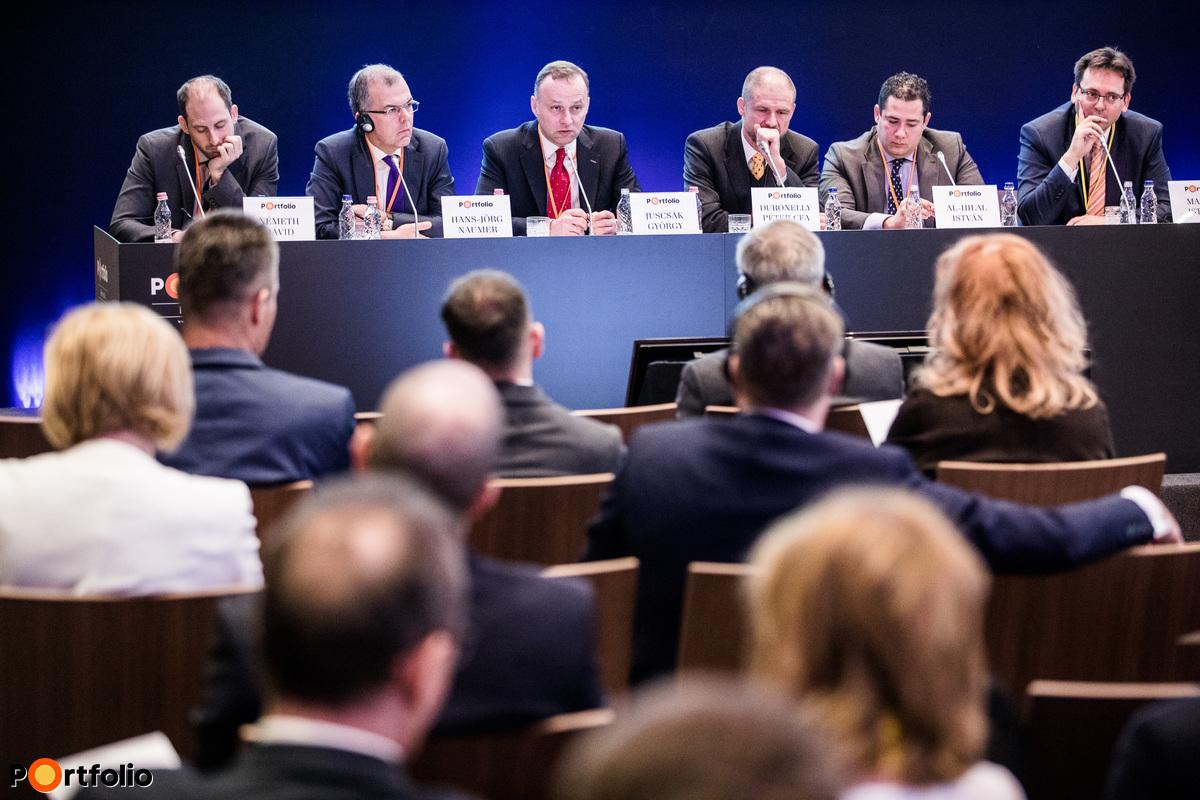 Politikai kockázatok uralják a piacot – Mibe fektessünk? A beszélgetés résztvevői: Németh Dávid (vezető elemző, K&H Bank), Hans-Jörg Naumer (Global Head of Capital Markets & Thematic Research, Allianz Global Investors), Juscsák György (igazgató, JP Morgan Asset Management), Duronelly Péter CFA (szenior portfóliómenedzser, Aegon Magyarország Befektetési Alapkezelő Zrt.), Al-Hilal István (értékesítési vezető, Fidelity International) és a moderátor, Madár István (vezető elemző, Portfolio)