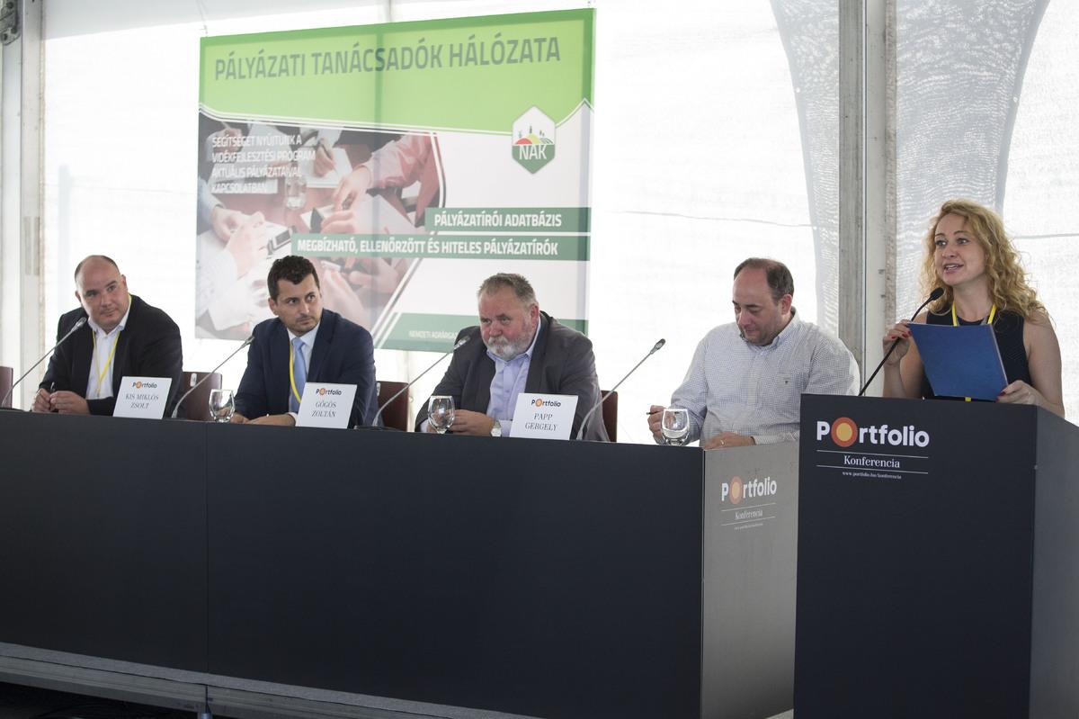 Major Kata az agrarszektor.hu lapigazgató felkonferálja a panelbeszélgetést