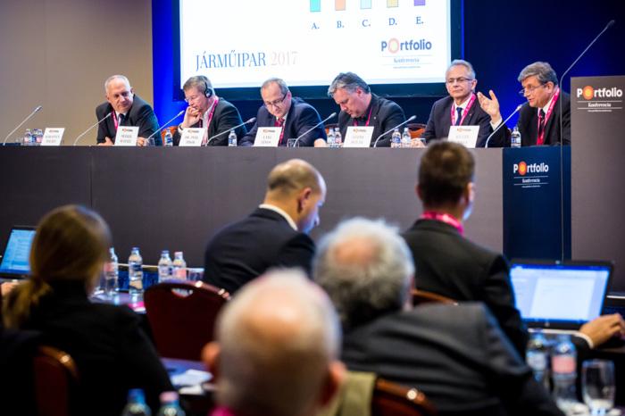 Vezetői kerekasztal. A beszélgetés résztvevői: Sebestyén Balázs (DCS Klaszter igazgató – Kelet-Európa, Ügyvezető igazgató, Delphi Connection Systems Hungary Kft.), Oliver Schatz (műszaki területekért felelős elnök, ügyvezető igazgató, Robert Bosch Kft.), Dr. Péhl Tibor (gyárigazgató, Arconic-Köfém GRP-BCI), Lang János (alelnök, Flex Magyarország), Gödri István (ügyvezető igazgató, AVENTICS Hungary Kft.) és a moderátor, Kilián Csaba (ügyvezető főtitkár, Magyar Gépjárműipari Egyesület)