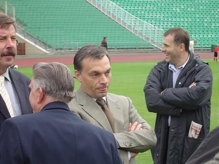 Orbán Viktor a háttérben