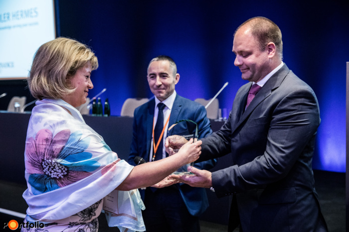 The winner of the Credit Management Team of the year award is the Dutrade Zrt. Olga Ferter received the award from István Merész (Euler Hermes Hitelbiztosító).