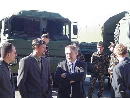 A vezérigazgató és kollégái a kész járművek előtt