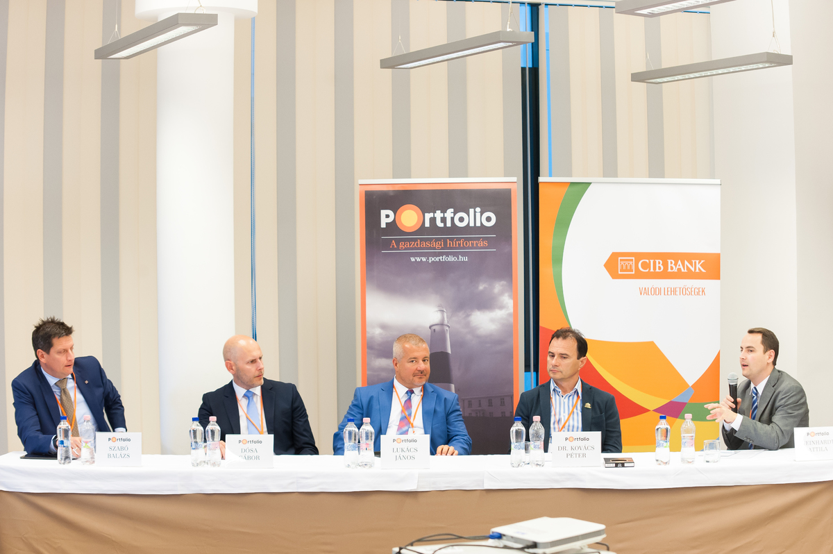 Vállalati innovációs és uniós pályázati tapasztalatok. A beszélgetés résztvevői: Szabó Balázs (KKV üzletágvezető, CIB Bank), Dósa Gábor (főosztályvezető-helyettes, Támogatáskezelési és Innovációs Főosztály, NKFIH), Lukács János (ügyvezető igazgató, Vanessia Kft.), dr. Kovács Péter (tulajdonos-ügyvezető, Funkció Kft. (Darnó Hús)) és a moderátor, Weinhardt Attila (vezető elemző, Uniós Források rovatvezető, Portfolio)