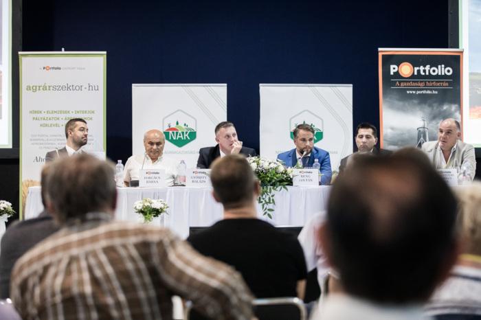 A Közös Agrárpolitika jövője: mire számítsunk 2020 után? A beszélgetés résztvevői: Feldman Zsolt (agrárgazdaságért felelős helyettes államtitkár, Földművelésügyi Minisztérium), Forgács Barna (ügyvezető igazgató, Agrárgazdaság Kft.), Győrffy Balázs (elnök, Nemzeti Agrárgazdasági Kamara), Reng Zoltán (vezérigazgató, Hungrana), Rákóczi András (vezérigazgató-helyettes, Tedej Zrt.) és Szentpétery Szabolcs Félix (ügyvezető igazgató, gazdálkodó, BHV Mg. Kft.)
