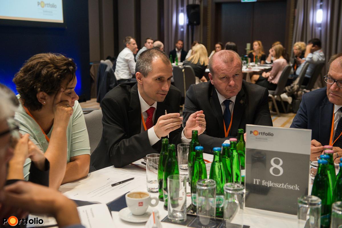 Délután körasztalos networking formájában kérdezhettek vendégeink a szakértőktől.