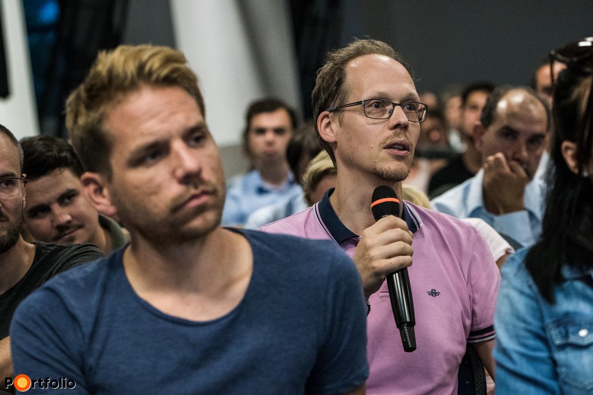 A közönség tagjai is feltehették kérdéseiket Loncsák András (vezető részvényportfólió menedzser, Aegon Magyarország  Befektetési Alapkezelő Zrt.) és Takács Szabolcs (a 30as nyugdíjas című blog szerzője) számára