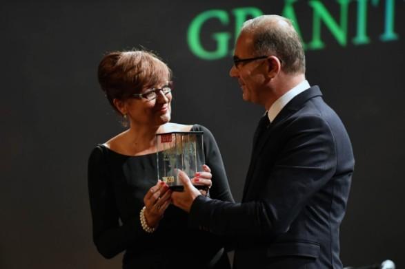 Az év pénzintézete díj - Átveszi Hegedüs Éva, Gránit Bank Zrt., átadja Szajlai Csaba, Figyelő. Fotó: Bessenyei Gergely