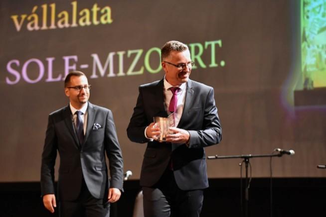 Az év magyar vállalata díj - Átveszi Gerbrant Redmer de Boer - átveszi Lánczi Tamás, Figyelő. Fotó: Bessenyei Gergely