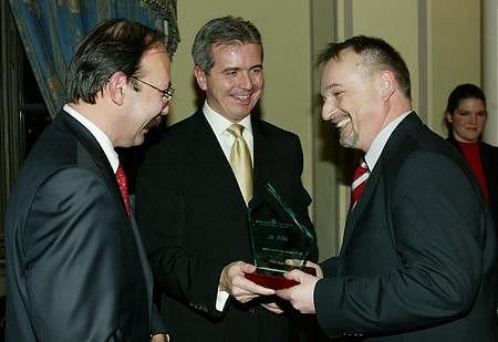 Hernádi Zsolt (Mol) átveszi a legjobb kibocsátó díját