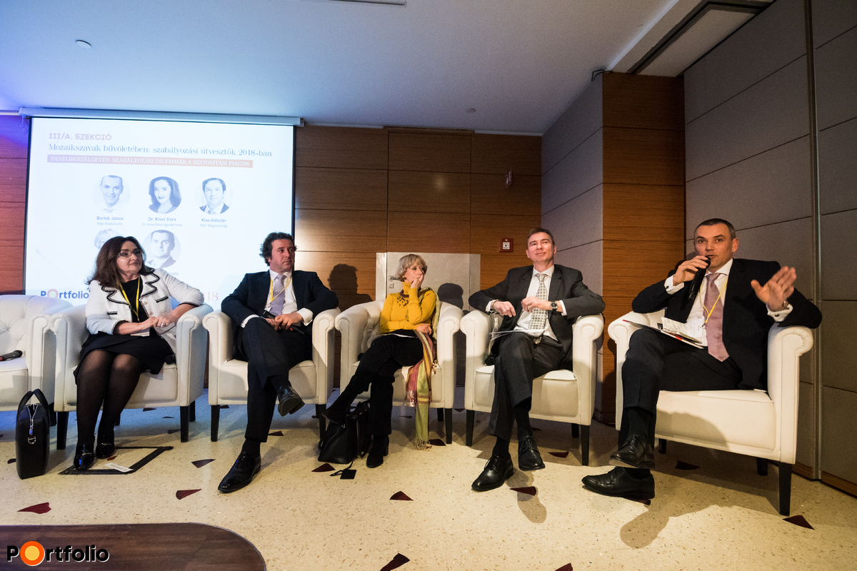 Szabályozási dilemmák a biztosítási piacon. A beszélgetés résztvevői balról jobbra: Dr. Kiser Dóra (ügyvéd, biztosítási szakjogász, Dr. Kiser Dóra Ügyvédi Iroda), Kiss Adorján (vezető menedzser, PwC Magyarország), Lencsés Katalin (Életbiztosítási Tagozat vezetője, EU-ügyek, Magyar Biztosítók Szövetsége), Botos Csaba (folyamat fejlesztési és üzletmenet megfelelési vezető, Netrisk.hu) és a moderátor, Bartók János (igazgatósági tag, értékesítés és marketing, Ergo Életbiztosító)