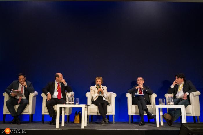 Panelbeszélgetés az etikus életbiztosításokról A beszélgetés résztvevői balról jobbra: Papp Ádám (ügyvezető igazgató, OVB Magyarország), Nagy Koppány (igazgató, MNB - Biztosítás-, pénztár- és közvetítők felügyeleti igazgatóság), Dr. Marczi Erika (belső ellenőr, CIG Pannónia Életbiztosító Nyrt.), Juhos András (személybiztosításokért felelős igazgatósági tag, UNIQA Biztosító Zrt.) és a moderátor, Gaál Csaba (alapító tulajdonos, vezérigazgató, Private Quality Pénzügyi Tanácsadó Zrt.)