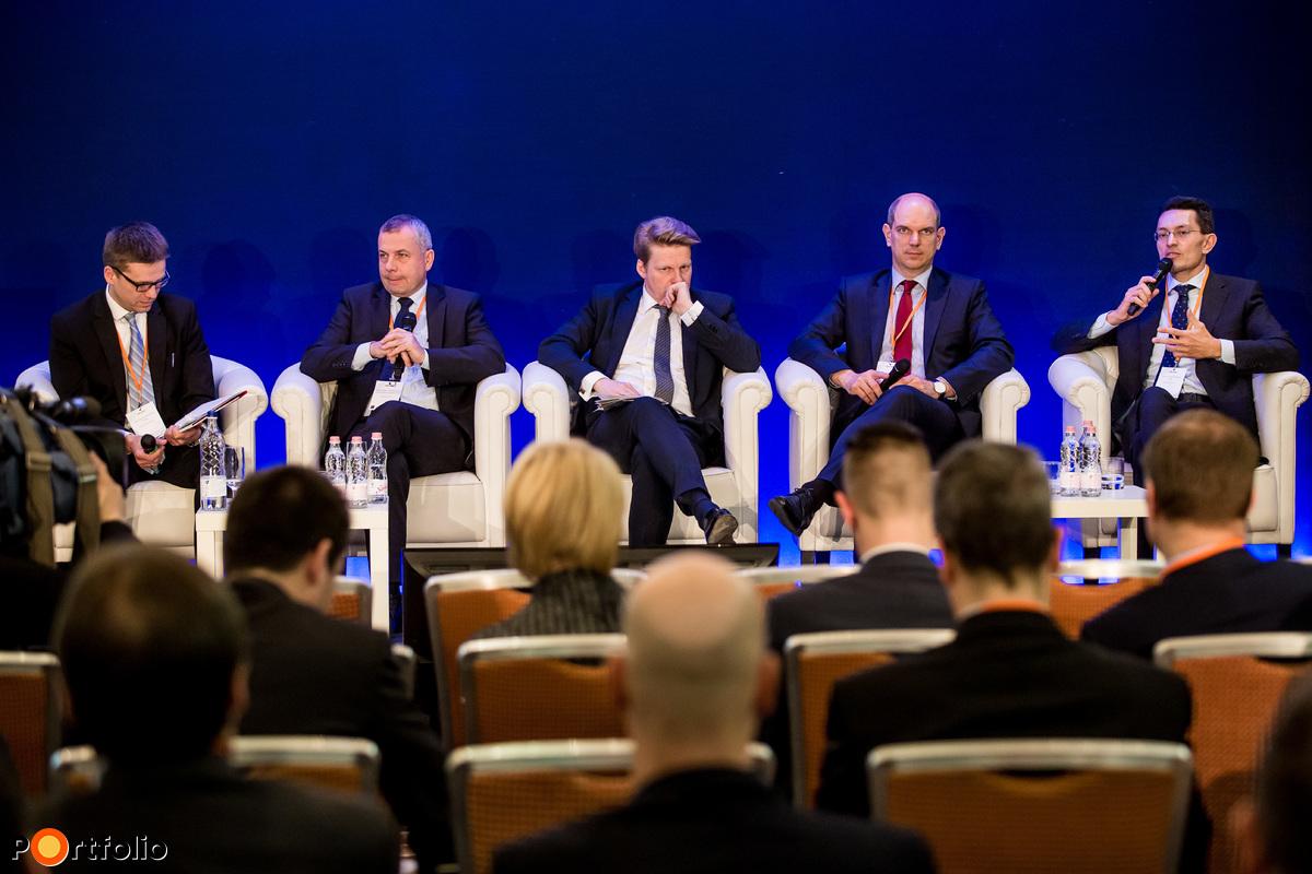 Első tapasztalatok a piac szemével - Panelbeszélgetés a pénzügyi és befektetési szektor vezetőivel. A beszélgetés résztvevői: Szécsényi Bálint (vezérigazgató, Equilor Befektetési Zrt.), Nyitrai Győző (Megtakarítási Szolgáltatások Főosztályának igazgatója, OTP Bank Nyrt.), Kállay András (Erste Prémium, Erste World és Private Banking igazgató, Erste Bank Hungary), Bálint Attila (vezérigazgató, Raiffeisen Privátbank, Raiffeisen Alapkezelő) és a moderátor, Nagygyörgy Zsolt (Compliance Officer, Magyar Fejlesztési Bank)