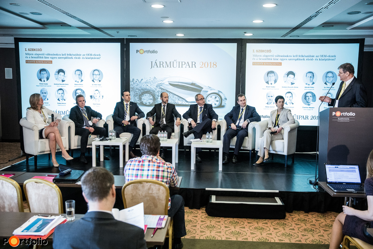 Executives' roundtable. Participants of the panel from left to right: Csilla Őszi (Vice President, ZF Hungária), Charles Wassen (General Manager, Country Operations Lead, Dana Hungary Kft.), Dr. István Szászi (Vice President, Automotive Electronics Division, Managing Director, Robert Bosch Kft.), Dániel Rábai (Managing Director of Continental Hungaria Kft., Head of focus country, Continental Hungary), Dr. Tibor Péhl (Plant Manager, Arconic-Köfém GRP-BCI), Péter Mándli (Managing Director, BPW - Hungária Kft.), Anna Dedéné Novotni (Vice President of HAJDU Company Group, HAJDU Autotechnika Ipari Zrt., CEO) and the moderator, Csaba Kilián (CEO, Association of the Hungarian Automotive Industry (MAGE))