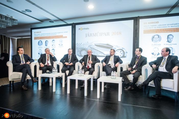 Panelbeszélgetés: Hogyan alakul át az autógyártás szerkezete az alternatív hajtásmódok, az elektromos és autonóm járművek elterjedésével? A beszélgetés résztvevői balról jobbra: Szászi István (alelnök, Autóipari Elektronika Divízió,  Robert Bosch Kft.), Sebestyén Balázs (DCS Klaszter igazgató - Kelet-Európa, Ügyvezető igazgató, Delphi Connection Systems Hungary Kft. (hamarosan Aptiv)),  Dr. Háry András (ügyvezető igazgató, Autóipari Próbapálya Zala Kft.),  Dr. Hanula Barna (egyetemi docens, dékán - AHJK), Gulyás Gusztáv (vezető, villamos gépek és járműhajtások fejlesztése, AUDI HUNGARIA Zrt.), Kozma Péter  (AImotive) és a moderátor: Dr. Lakatos István (általános dékánhelyettes, tanszékvezető (Közúti és Vasúti Járművek Tanszék), Széchenyi István Egyetem)