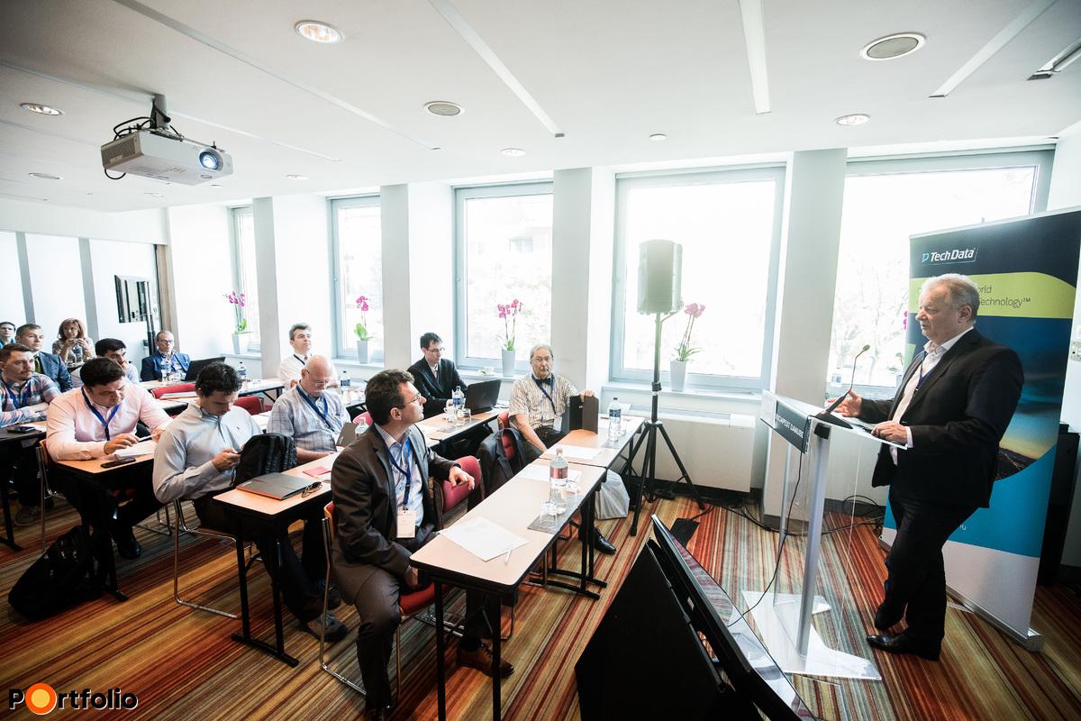 Szegvári János (Sales Manager, TechData) köszönti a Cloud Summit 2018 vendégeit