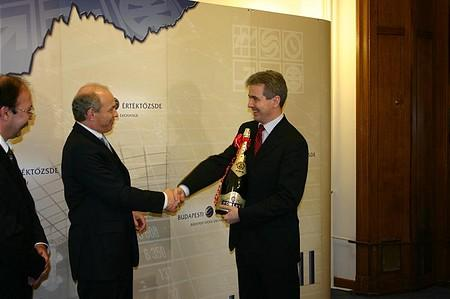Tibor Draskovics (FinMin) congratulates Attila Szalay-Berzeviczy (Chairman of BSE)
