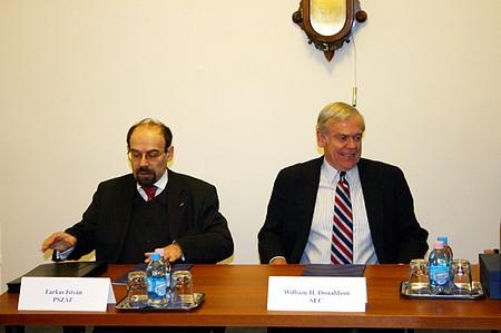 Farkas István, a PSZÁF elnöke, William H. Donaldson, az amerikai tőzsdefelügyelet (SEC) elnöke
