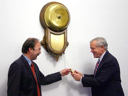 """Horváth Zsolt, a BÉT vezérigazgatója átadja William H. Donaldsonnak, a SEC elnökének a """"csengettyűt"""""""