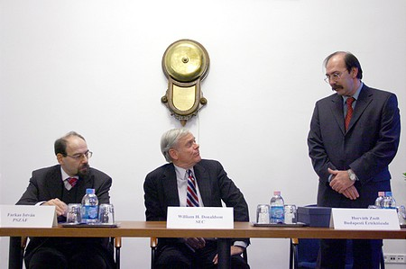 From left to right: István Farkas, Chairman of Hungarian Financial Supervisory Authority (PSZÁF), William H. Donaldson, Chairman of the U.S. Securities and Exchange Council, Zsolt Horváth, CEO of the Budapest Stock Exchange
