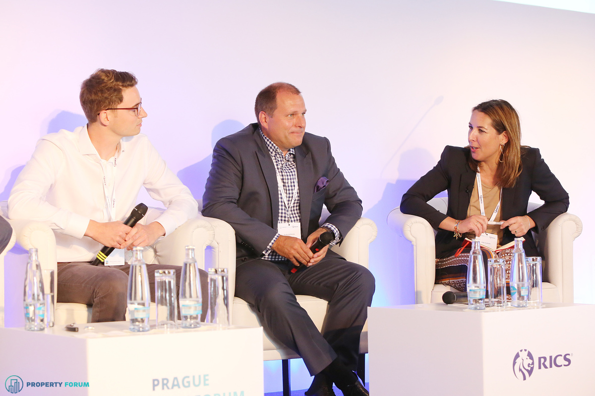 Innovation vs. buildings: the future of the workplace. Lukas Balik (CEO, Spaceflow), Tomáš B. Andrejsek (Managing Director, Elan Interior),  and the chair Lara Paemen (Director, IFMA Europe).