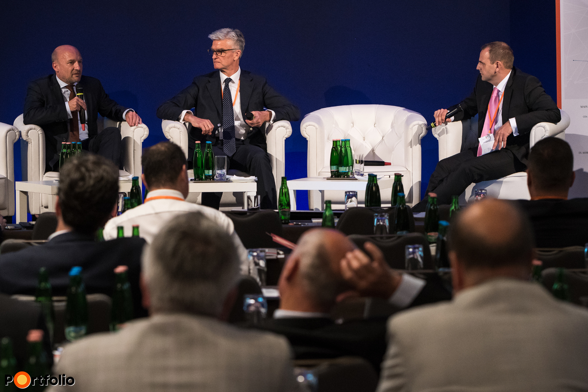 Central Europe Fund of Funds - Opportunities. Conversation participants: Tamás Bernáth (Chairman-CEO, Hungarian Development Bank), Hubert Cottogni (Director, Head of Mandate Management, European Investment Fund (EIF)) and the moderator, Levente Zsembery (Chairman of the HVCA, CEO of X-Ventures Ltd.)