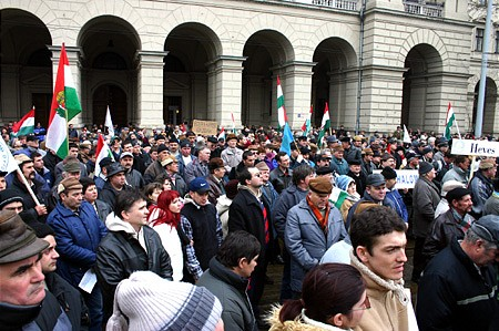 Protesting farmers on the street in front of the Agricultural Ministry