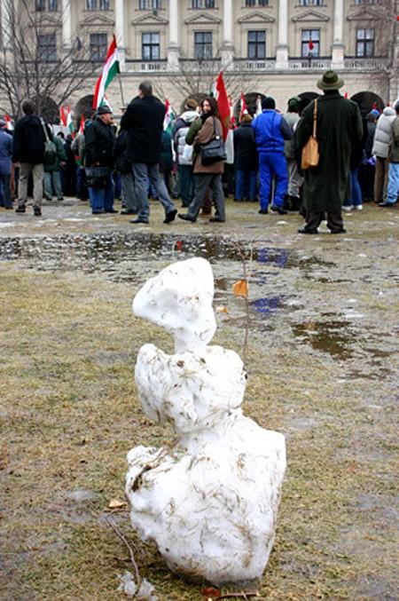 Ex-hóember és tüntetők