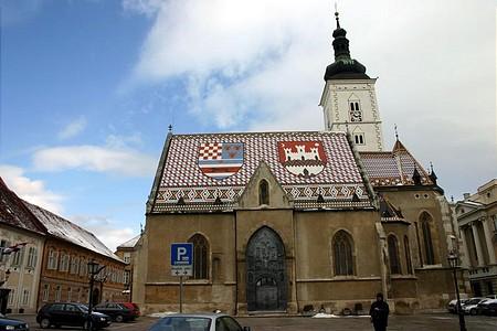 Nemzeti színekben pompázik a templom is