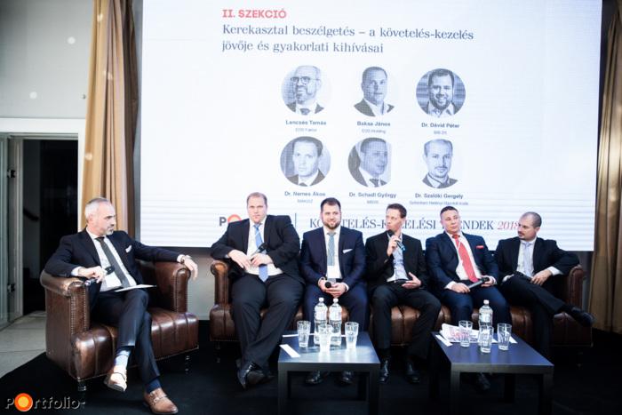 Kerekasztal beszélgetés a követelés-kezelés jövőjéről és gyakorlati kihívásairól. Beszélgetőpartnerek balról jobbra: a moderátor, Lencsés Tamás (ügyvezető igazgató, EOS Faktor Zrt.), Baksa János (NPL Director Transactions Eastern Europe, EOS Holding), Dr. Dávid Péter (jogi vezető, Infokommunikációs szakjogász, BIB Zrt.), Dr. Nemes Ákos (titkár, ügyvéd, MAKISZ), Dr. Schadl György (elnök, MBVK - Magyar Bírósági Végrehajtói Kar), Dr. Szalóki Gergely (partner, Schönherr Hetényi Ügyvédi Iroda)