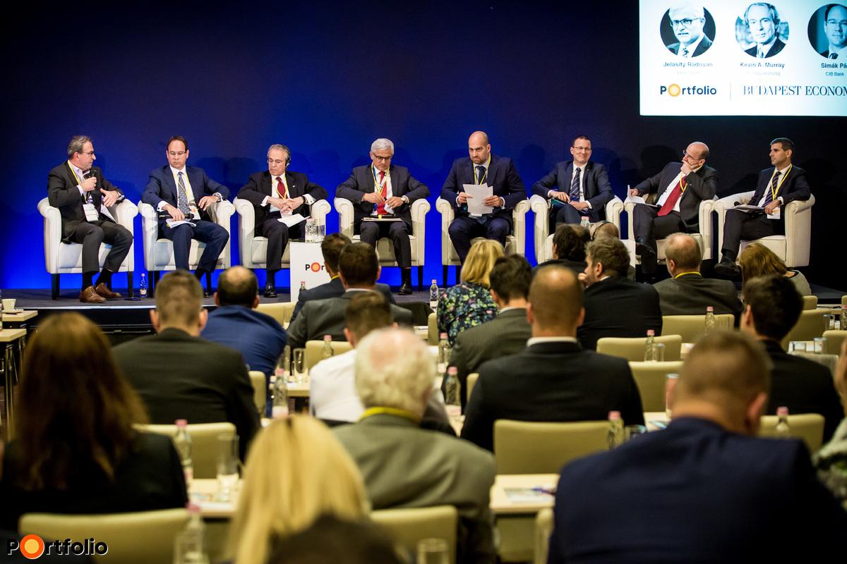 Bankvezéri panel. A beszélgetés résztvevői: Zolnai György (elnök-vezérigazgató, Raiffeisen Bank), Simák Pál (elnök-vezérigazgató, CIB Bank), Kevin A. Murray (vezérigazgató, Citi Magyarország & Közép-Európa régió), Jelasity Radován (elnök-vezérigazgató, Erste Bank), a moderátor, Bán Zoltán (vezérigazgató, Net Média Zrt. (Portfolio)), Egerszegi Ádám (alelnök, általános vezérigazgató-helyettes, Takarékbank), Bencsik László (vezérigazgató-helyettes, OTP Bank), Bakonyi András (Vállalat és Treasury vezérigazgató-helyettes, MKB Bank)
