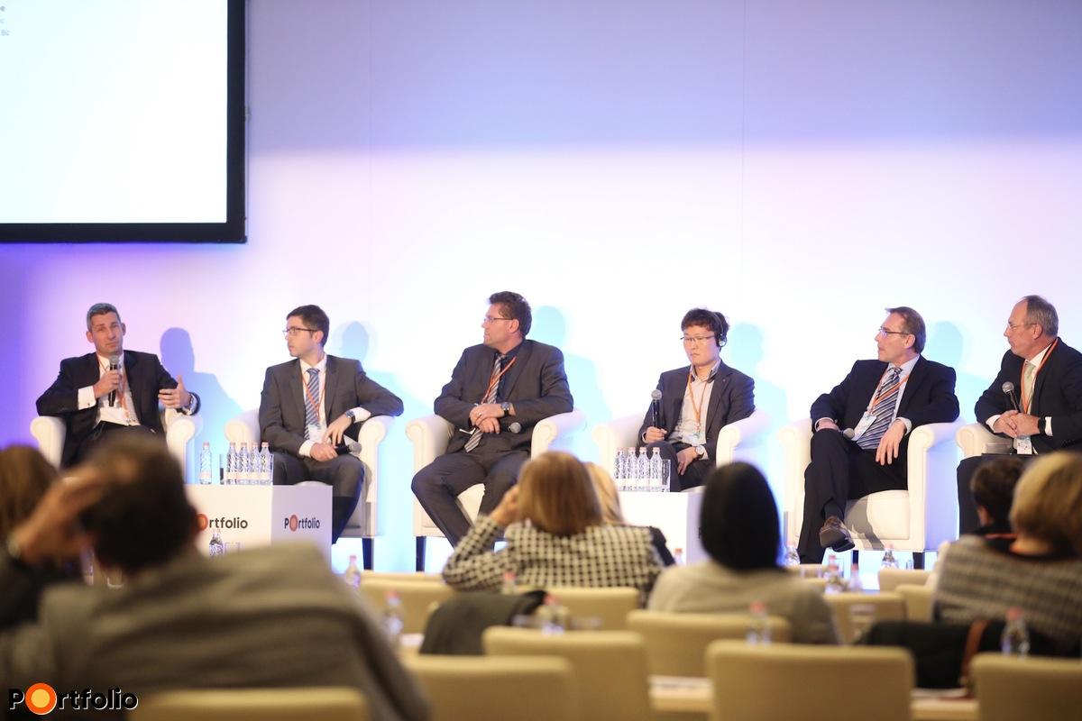 Panelbeszélgetés: A digitális egészségügy jövője. Végh Attila (Capio), Szenczi Gábor (Sanatmetal), Megyesi Béla (Siemens Healthcare), Dongmin Lee (LG Electronics Inc.), Hoffmann Zoltán (Tigra Kft.), Szócska Miklós (SOTE-EMK)