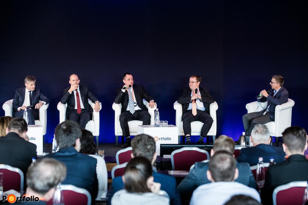 Vezetői kerekasztal - A beszélgetés résztvevői jobbról balra: a moderátor Hlavay Richárd (főszerkesztő, Energiainfo.hu), ifj. Chikán Attila (vezérigazgató, ALTEO Group), Sum János (gazdasági vezérigazgató- helyettes, MVM Zrt.), Szabó Gergely (Country Chairman, MET Csoport, Magyarország), Ságodi Attila (partner, a KPMG kormányzati, infrastruktúra, energetikai és közüzemi ágazatokért felelős vezetője)