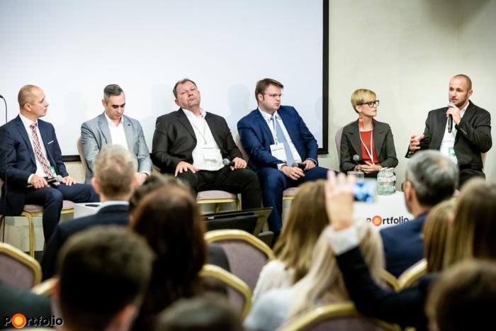 A sikeres marketing titka - Hogyan adjunk el a XXI. században? Beszélgetés résztvevői jobbról balra: Umenhoffer Péter (marketingigazgató, AXIÁL Kft.), Némethné Bujdosó Barbara (Marketing és termékmenedzser, EuroChem Agro Hungary Kft.), Lőwi Barna (marketing igazgató, Austro Diesel Gmbh), Kövesdi József (ügyvezető igazgató, Okosfarm), Gorotyák Igor (marketing vezető, AgroVIR Kft.) és a moderátor, Pólya Árpád (tanácsadó, Agrostratéga)